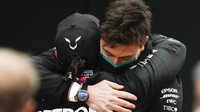 Toto Wollf gratuluje Lewisovi Hamiltonovi po závodě v Turecku