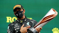 Lewis Hamilton s trofejí za 1. místo po GP Turecka
