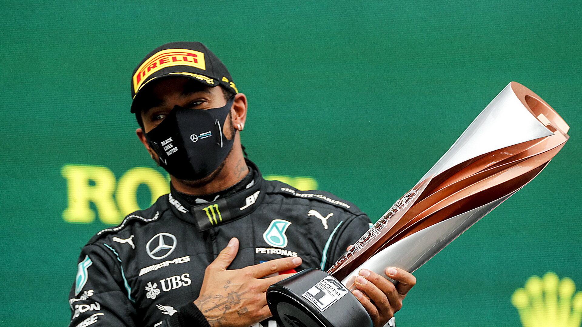 Lewis Hamilton se svou trofejí za první místo po závodě v Turecku