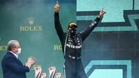 Lewis Hamilton na pódiu po závodě v Turecku