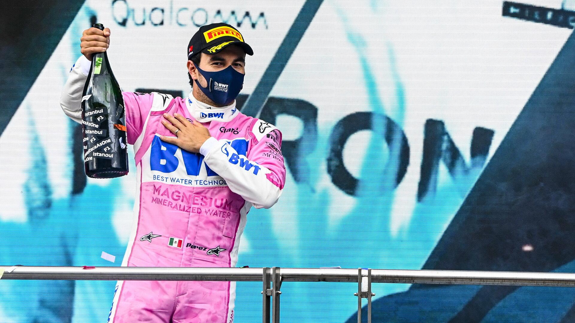 Sergio Pérez na pódiu po závodě v Turecku