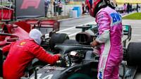 Sebastian Vettel a Sergio Pérez gratulují Lewisovi Hamiltonovi k vítězství v závodě v Turecku