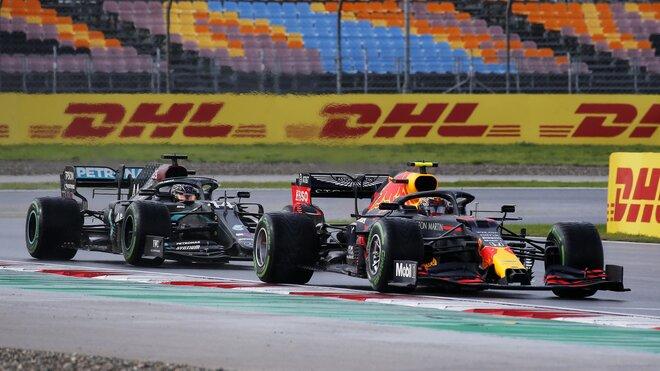 Alexander Albon a Lewis Hamilton v závodě v Turecku