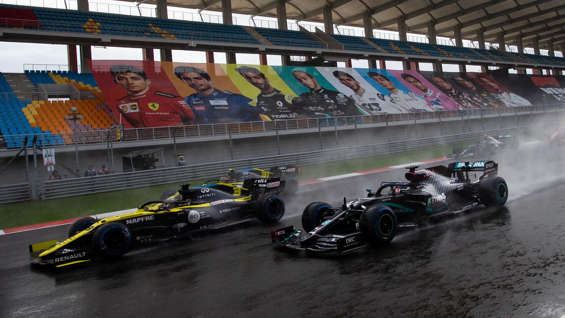 Daniel Ricciardo a Lewis Hamilton při startu závodu v Turecku