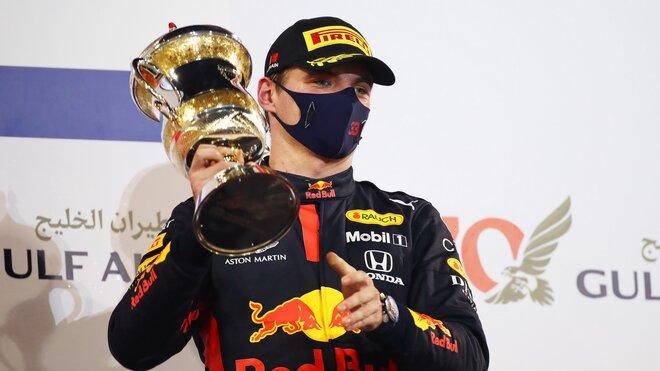 Max Verstappen se svou trofejí za druhé místo po závodě v Bahrajnu