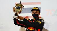 Alexander Albon se svou trofejí za třetí místo po závodě v Bahrajnu