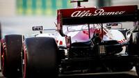 Antonio Giovinazzi v závodě v Bahrajnu