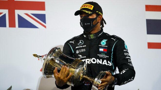 Lewis Hamilton se svou trofejí za první místo v závodě v Bahrajnu