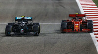 Valtteri Bottas a Charles Leclerc v závodě v Bahrajnu