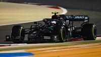 Valtteri Bottas v závodě v Bahrajnu