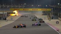 Romain Grosjean vzadu naráží do svodidel, jeho vůz se mění v ohnivou kouli