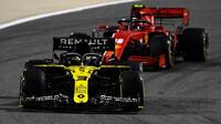 Daniel Ricciardo a Charles Leclerc v závodě v Bahrajnu