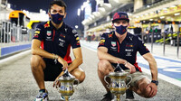 Alexander Albon a Max Verstappen s trofejemi po závodě v Bahrajnu