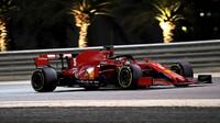 Sebastian Vettel při pátečním tréninku v Sáchiru