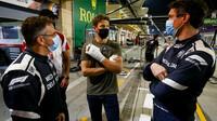 Romain Grosjean a lékaři z Medical Car v Sáchiru