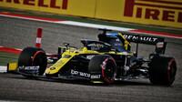 Daniel Ricciardo při pátečním tréninku v Sáchiru