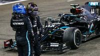 Lewis Hamilton a Valtteri Bottas po závodě v Abú Zabí