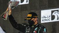 Valtteri Bottas se svou trofejí za druhé místo po závodě v Abú Zabí
