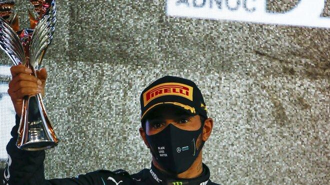 Lewis Hamilton se svou trofejí za třetí místo po závodě v Abú Zabí