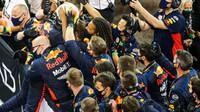 Max Verstappen se raduje po úspěšném závodě v Abú Zabí