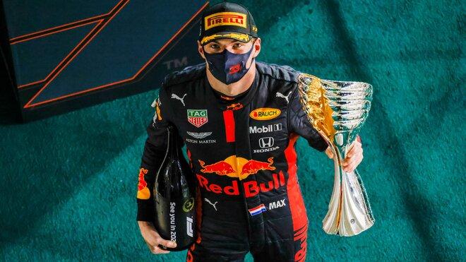 Max Verstappen se svou trofejí za prnví místo po závodě v Abú Zabí
