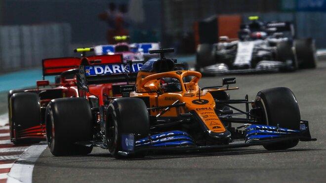 Carlos Sainz v Abú Zabí těsně před Charlesem Leclercem