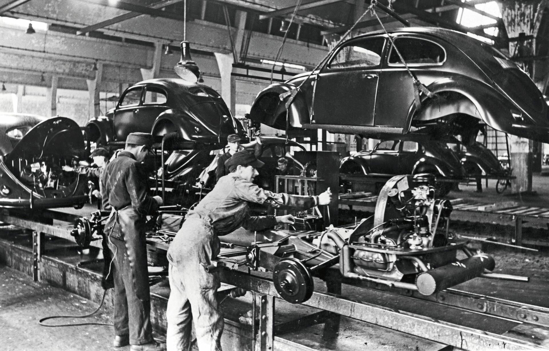 """Výroba legendárního Volkswagenu Typ 1 """"brouka"""" započala hned po Vánocích 1945"""
