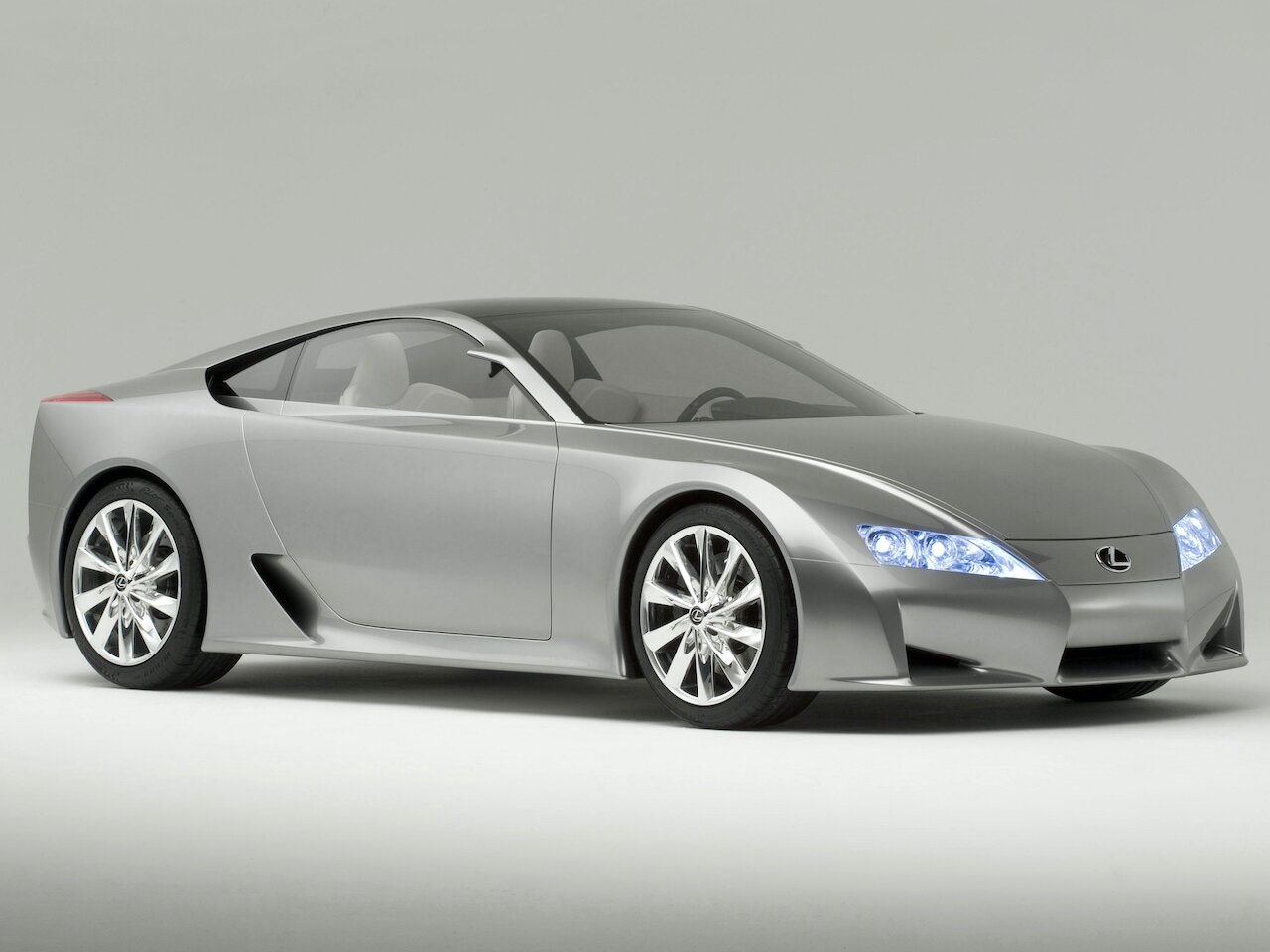 Předchůdce Lexusu LFA - designová studie představená na mezinárodním autosalonu NAIAS 2005 v Detroitu