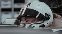 Sebastian Vettel při tvarování sedačky