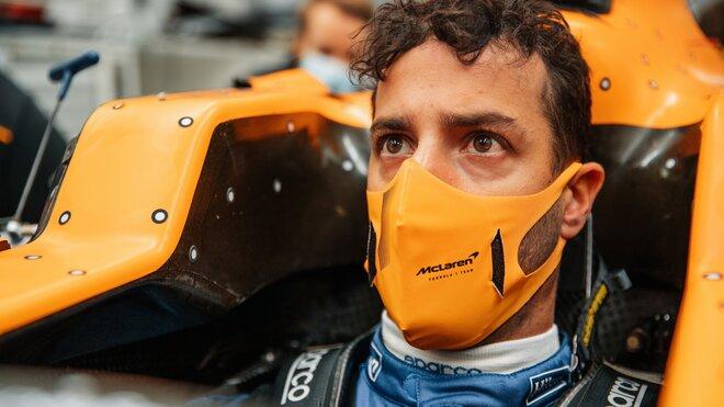 Daniel Ricciardo během tvarování sedačky u McLarenu
