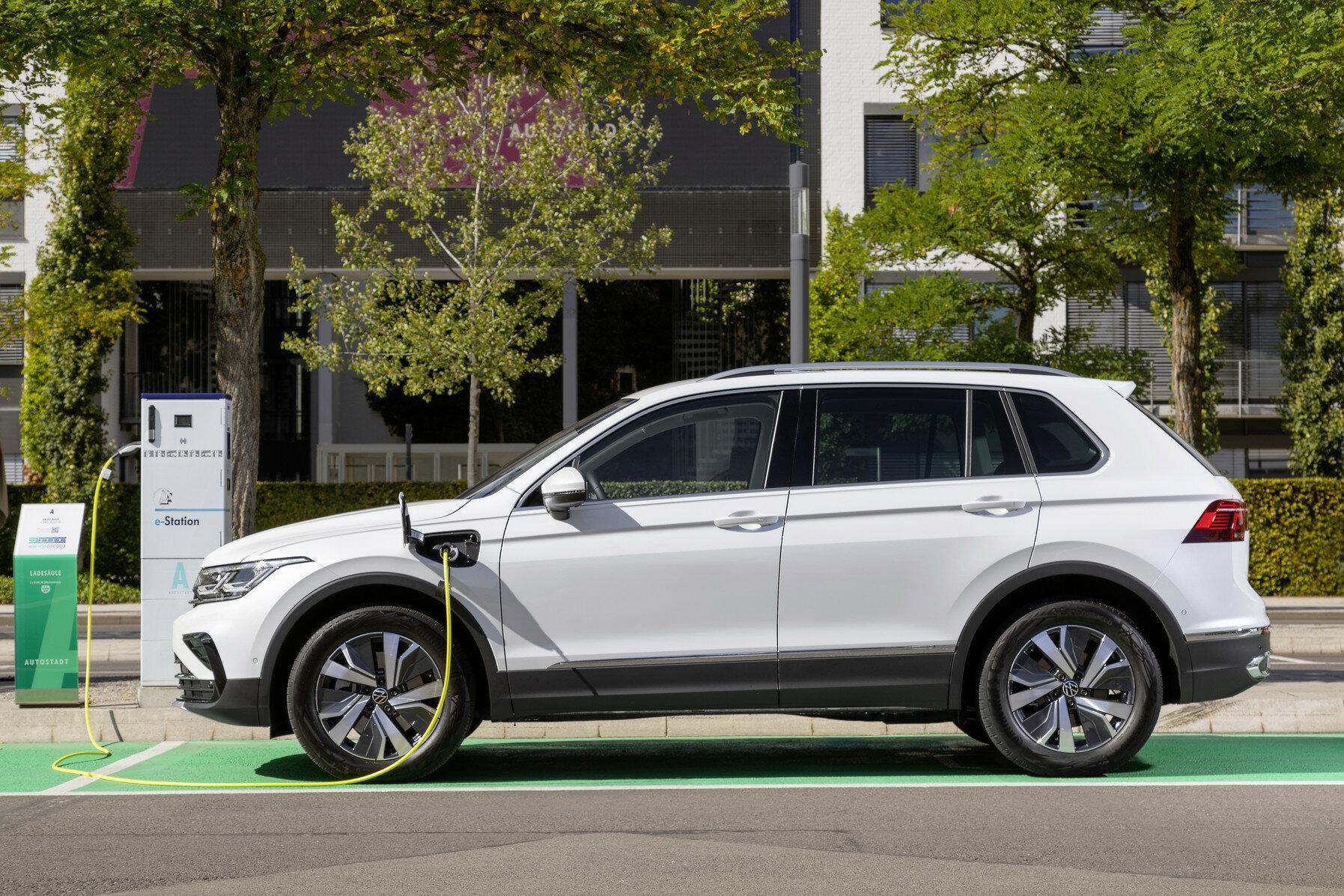 Volkswagen Tiguan eHybrid kombinuje zážehový motor 1.4 TSI (110 kW / 150 k) s elektromotorem (85 kW / 116 k) a s šestistupňovou automatickou převodovkou DSG