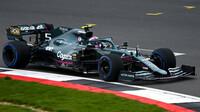 Sebastian Vettel s novým Aston Martinem AMR21 v Silverstone