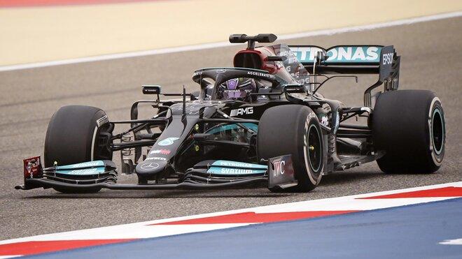 Lewis Hamilton s Mercedesem W12 během předsezónních testů v Bahrajnu