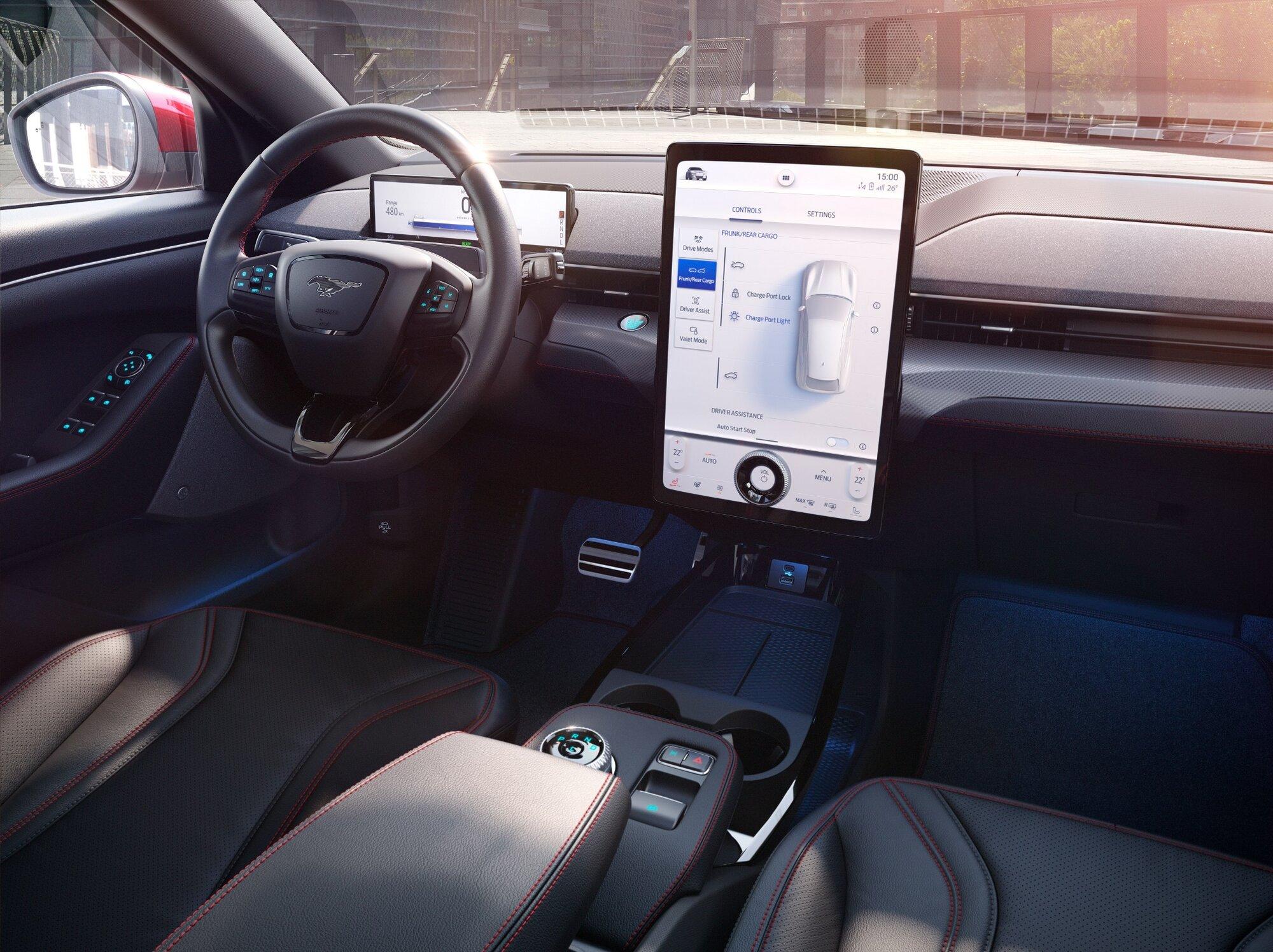 Ford u svého Mustangu Mach-E zvolil v případě interiéru reduktivní přístup, všechny důležité ovládací prvky umístil do středové obrazovky