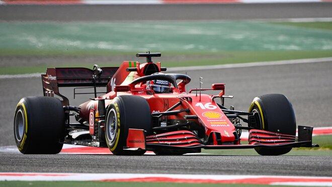 Charles Leclerc s Ferrari SF21 během testů v Bahrajnu