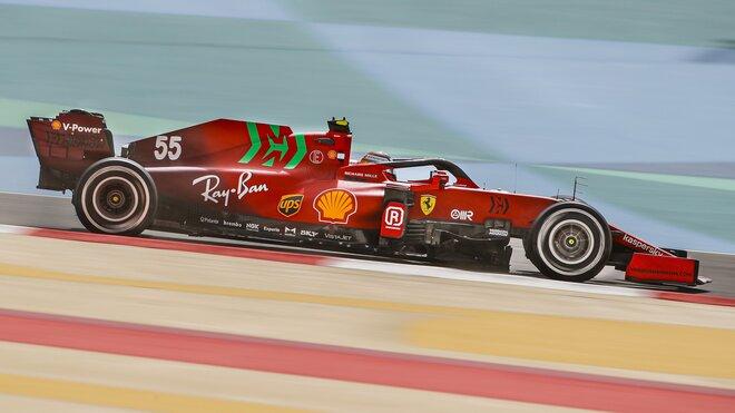 Carlos Sainz s Ferrari SF21 během testů v Bahrajnu