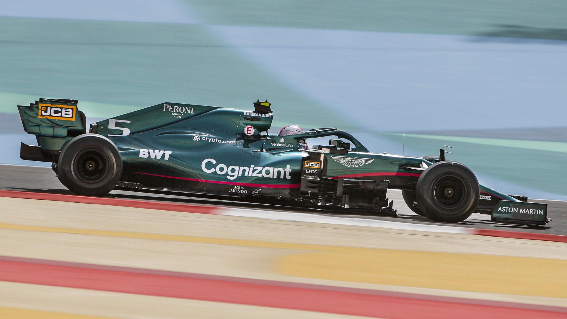 Sebastian Vettel během testování Aston Martinu AMR21