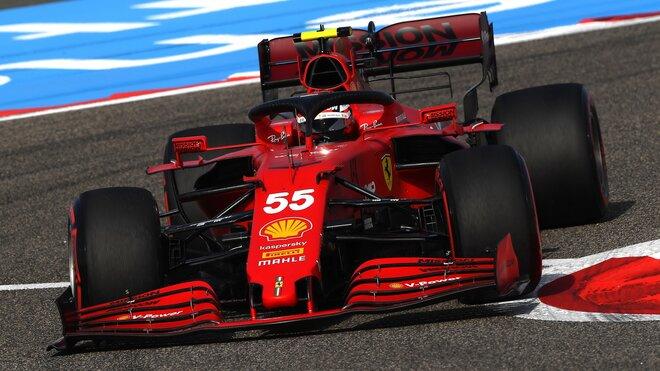 Carlos Sainz s Ferrari SF21 v Bahrajnu
