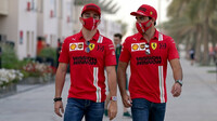 Charles Leclerc a Carlos Sainz v Bahrajnu