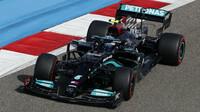 Mercedesy v 1. tréninku těsně před Red Bullem, Pérez kolidoval s Oconem - anotační obrázek