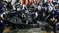 Pierre Gasly při výměně předního křídla - závod v Bahrajnu