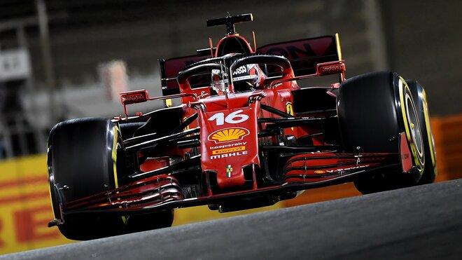 Charles Leclerc se svým Ferrari SF21