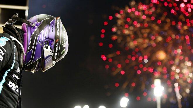Lewis Hamilton slaví vítězství po závodě v Bahrajnu