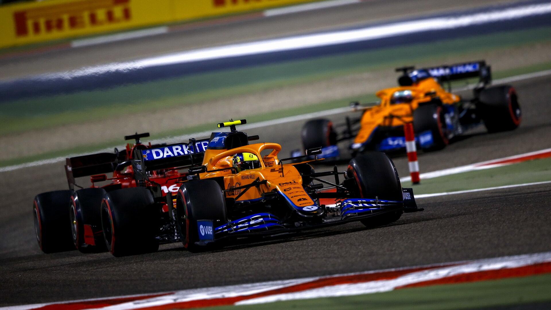 Lando Norris před Charlsem Leclercem - závod v Bahrajnu