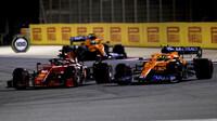 Charles Leclerc předjíždí Landa Norrise - závod v Bahrajnu