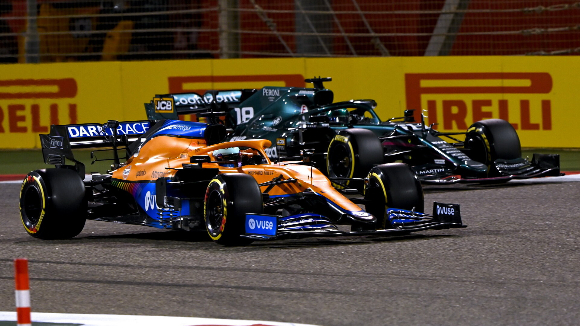 Daniel Ricciardo předjíždí Lance Strolla - závod v Bahrajnu