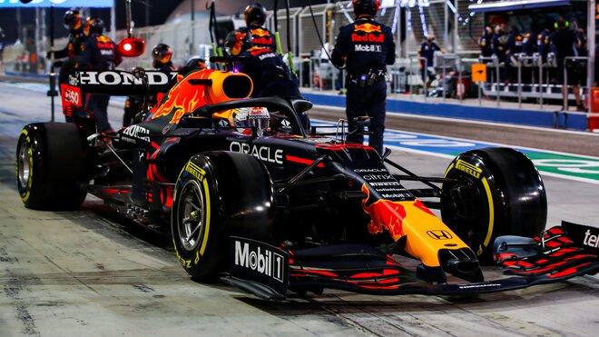 Max Verstappen lituje, že v Bahrajnu svou pozici přenechal Lewisovi Hamiltonovi