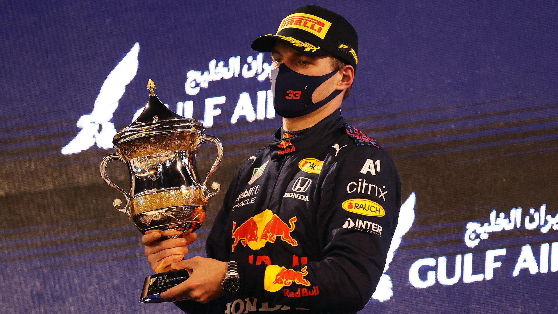 Max Verstappen se svou trofejí za druhé místo - závod v Bahrajnu