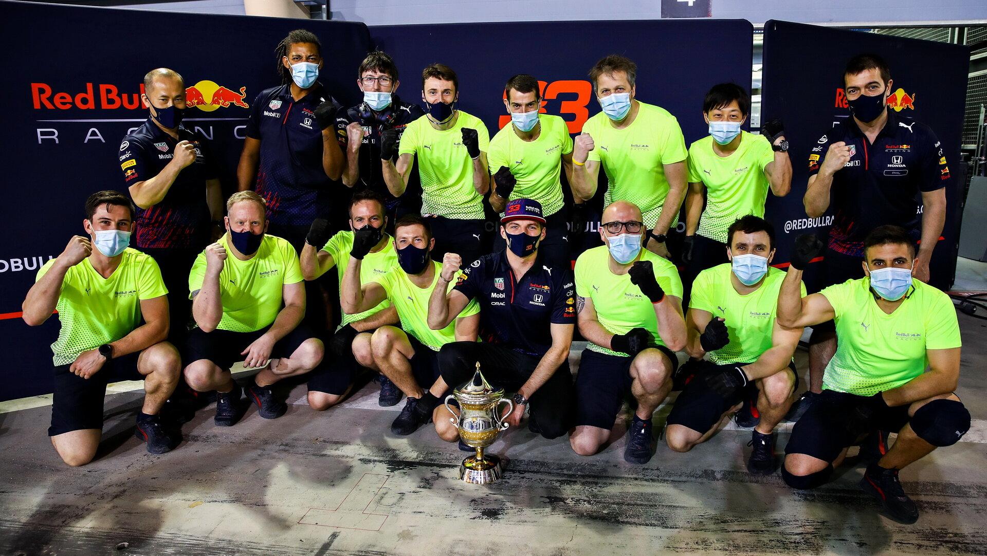 Max Verstappen se svými mechaniky - závod v Bahrajnu