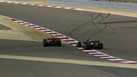 Sporné předjetí Hamiltona Verstappenem mimo trať